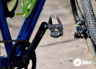 Pedali da strada su una bici Gravel