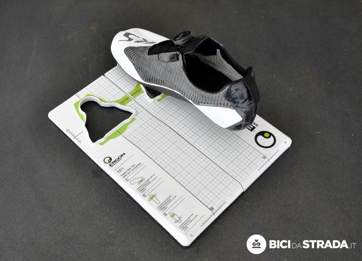 posizionare le tacchette delle scarpe per bici