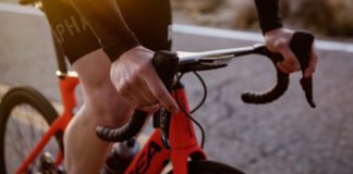 impugnare il manubrio della bici da corsa