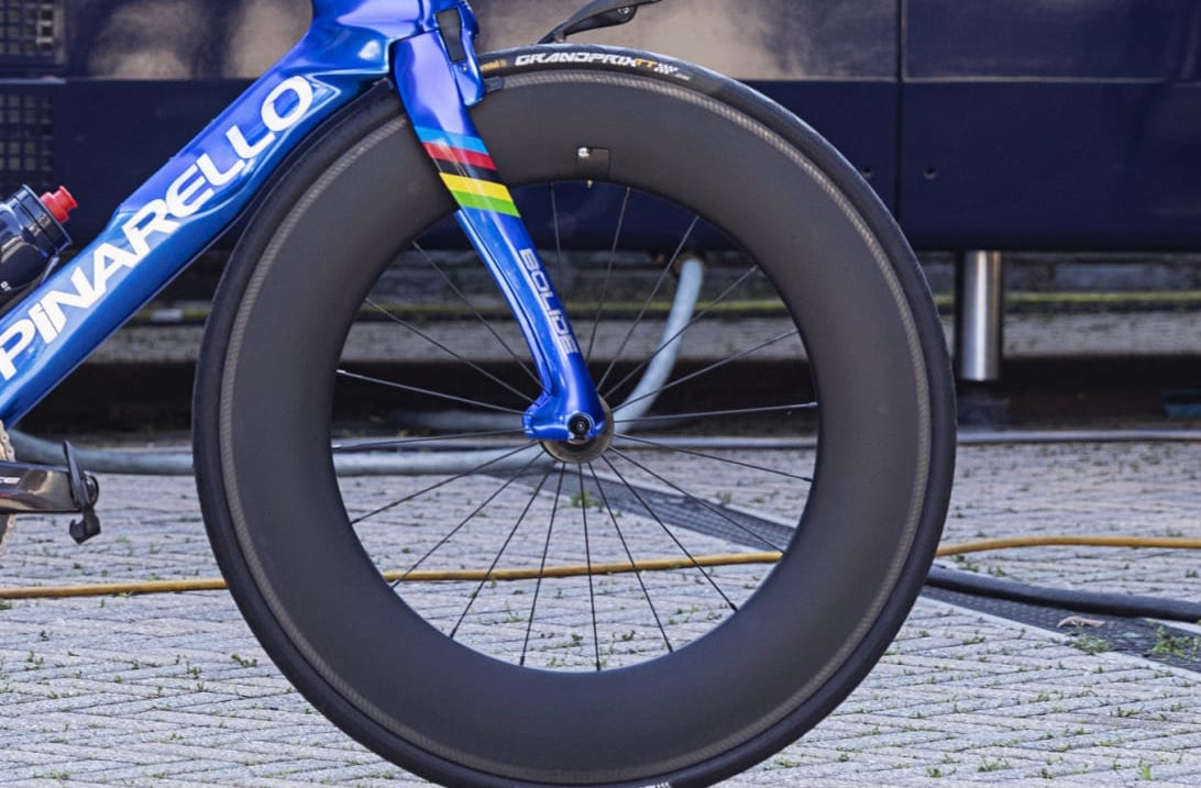 La nuova Pinarello Bolide TT di Ganna: altro Giro, altre ruote…