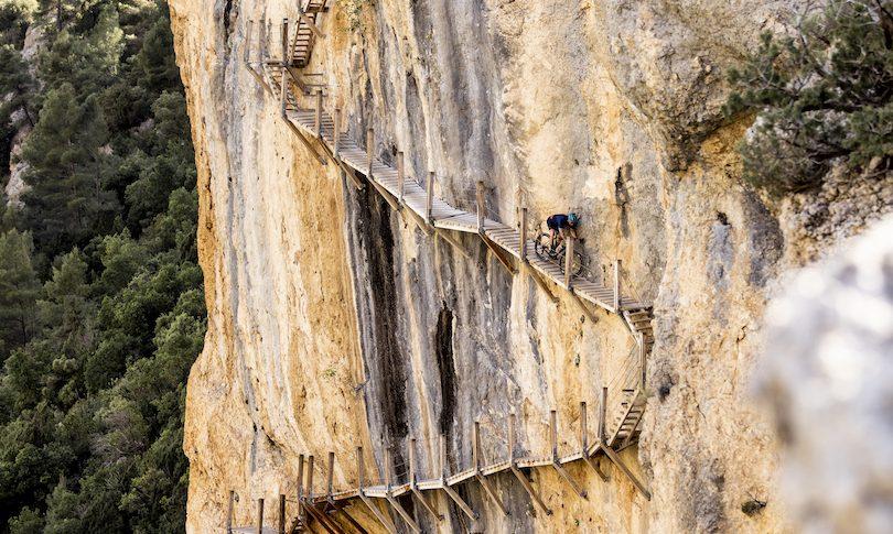 Gravel estremo su uno dei trail più esposti al mondo 😱😱